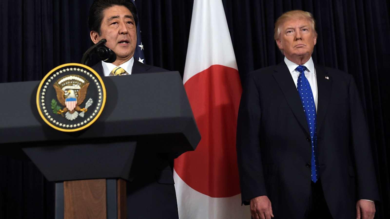 Der japanische Regierungschef Shinzo Abe und US-Präsident Donald Trump reagieren in Florida auf die Meldung, dass Nordkorea eine Rakete getestet hat.