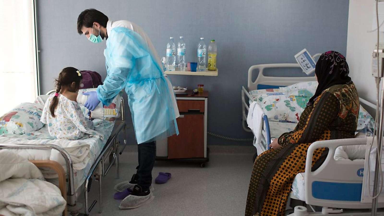Ein Arzt untersucht in einem Spital in Nordisrael ein verletztes syrisches Mädchen. (Archivbild)