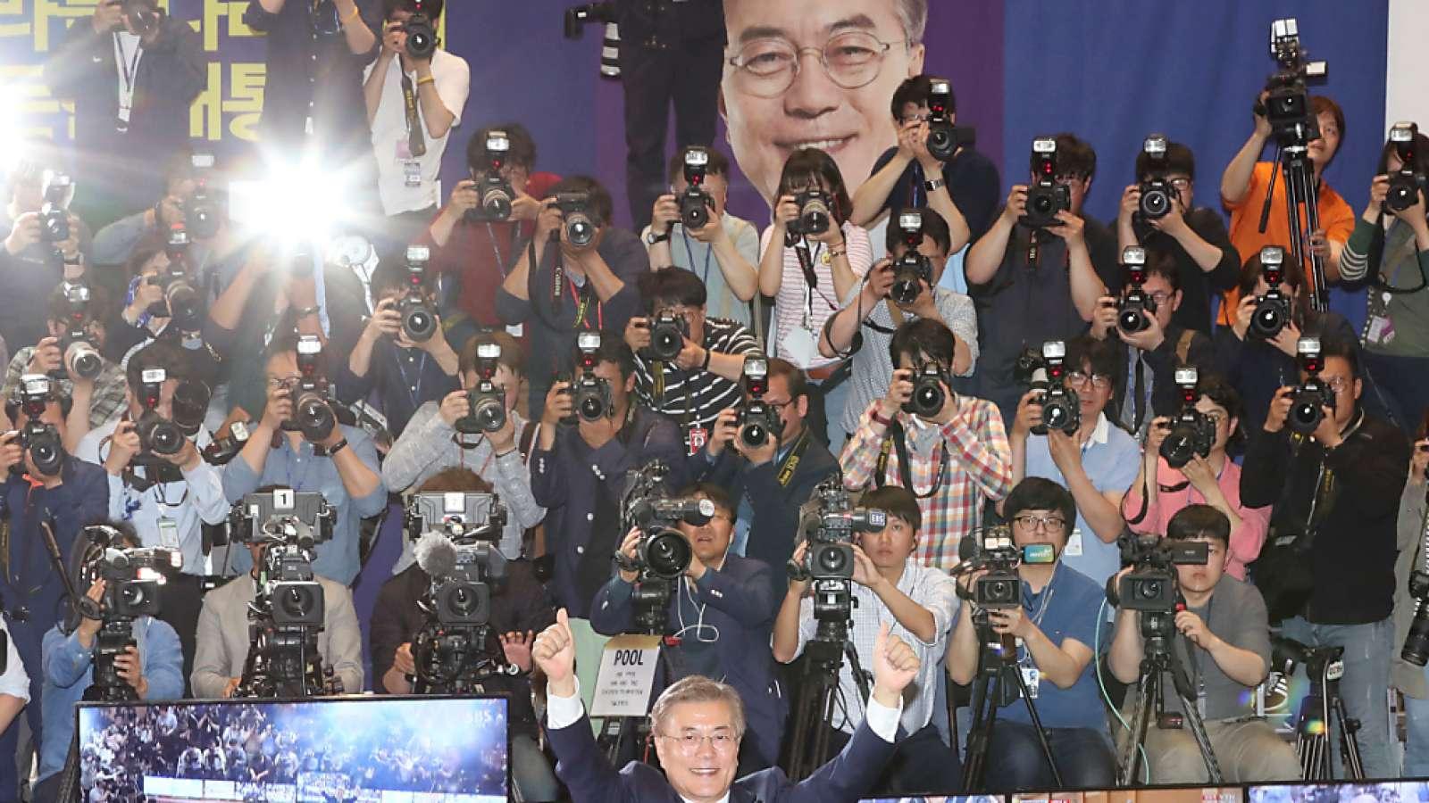 Jubeln für die Kameras: Südkoreas neuer Präsident heisst Moon Jae In.