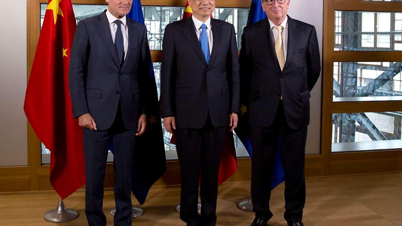 Die EU-Spitzenvertreter Jean-Claude Juncker (r) und Donald Tusk (l) mit ihrem Gast, Chinas Regierungschef Li Keqiang