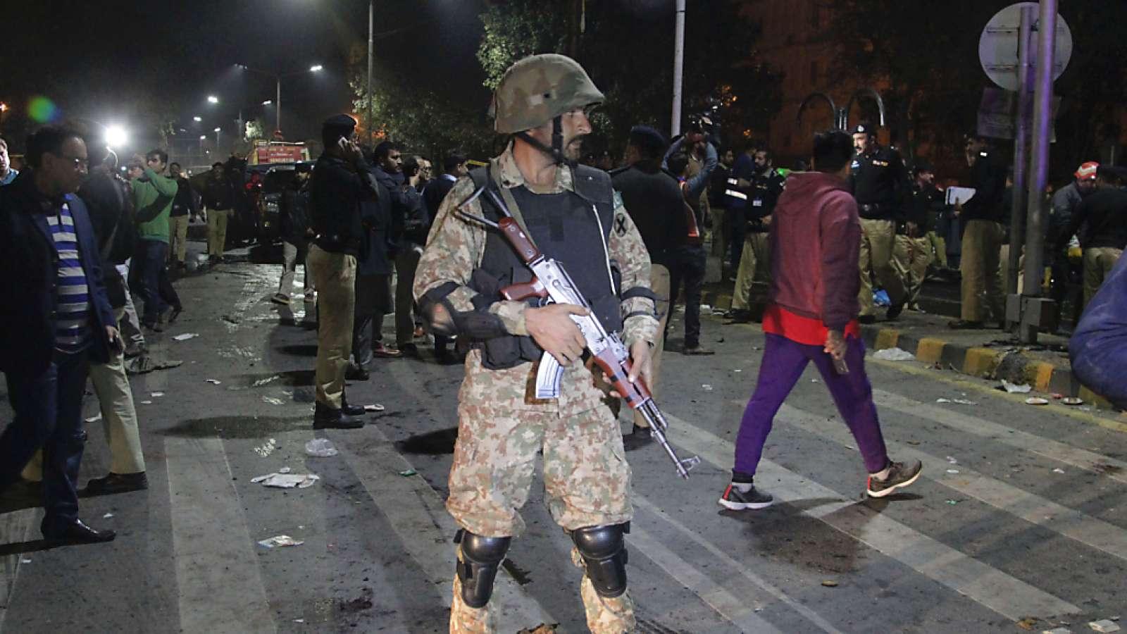 Ein Soldat am Ort des Anschlags in Lahore, der Hauptstadt der pakistanischen Provinz Punjab.