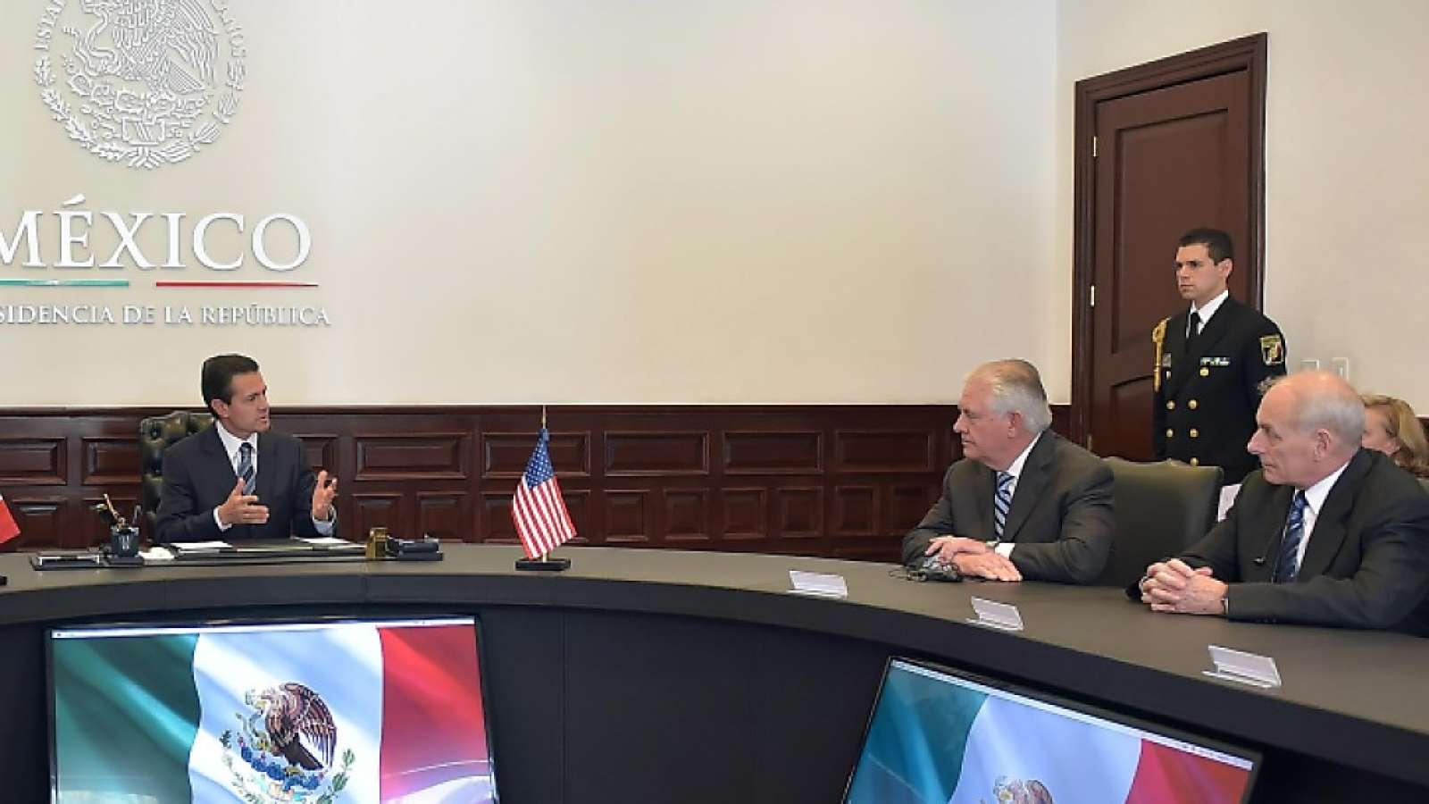 Hochrangiges Treffen in Mexiko: Präsident Enrique Peña Nieto empfängt US-Aussenminister Rex Tillerson und den Minister für Innere Sicherheit John Kelly (rechts).