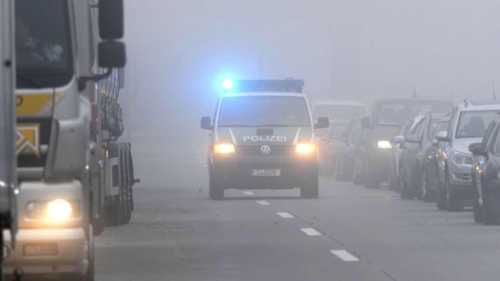 Polizei auf deutscher Autobahn (Archiv)