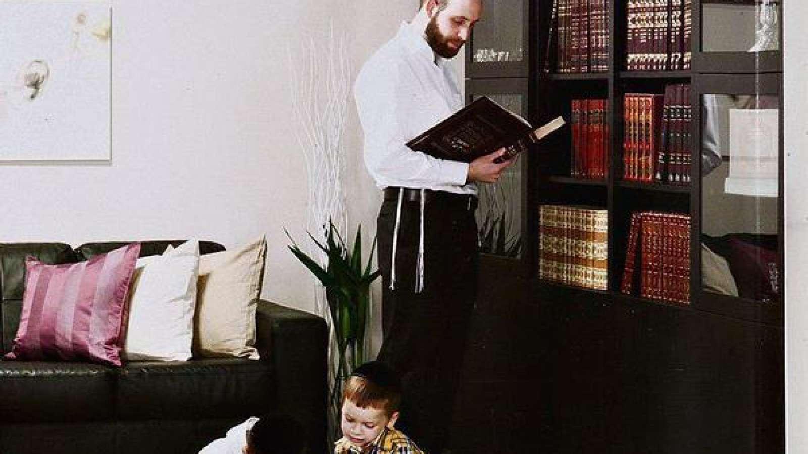Nur Männer und Buben: So präsentierte sich der Ikea-Katalog, der für ultraorthodoxe Familien produziert worden sein soll.
