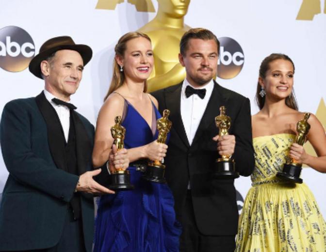 Die Gewinner von 2016 strahlen mit ihrer Trophäe um die Wette.