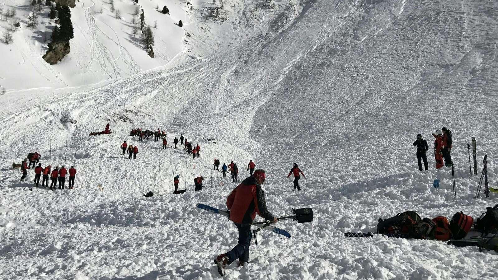 Ein enormer Lawinenzug: Retter versuchen in Schmirn (Ö) Skifahrer zu orten.