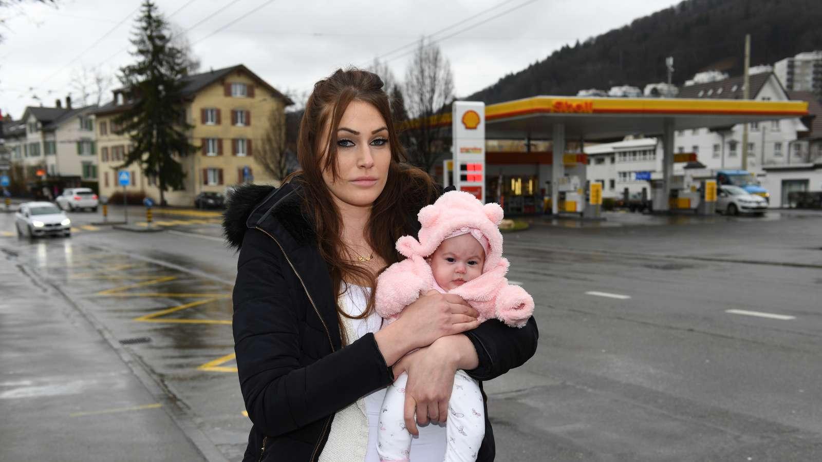 Enttäuscht: Tijana Soldo mit Töchterchen Leyla vor der Shell-Tankstelle Erlach in St. Gallen, ihrem früheren Arbeitsort.