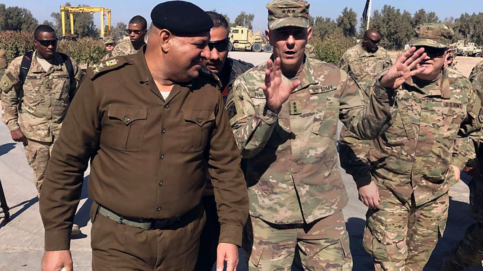 US-General Stephen Townsend im Gespräch mit einem irakischen Offizier: Von der nächsten Einreisesperre in die USA könnten Iraker ausgenommen sein. (Archivbild)