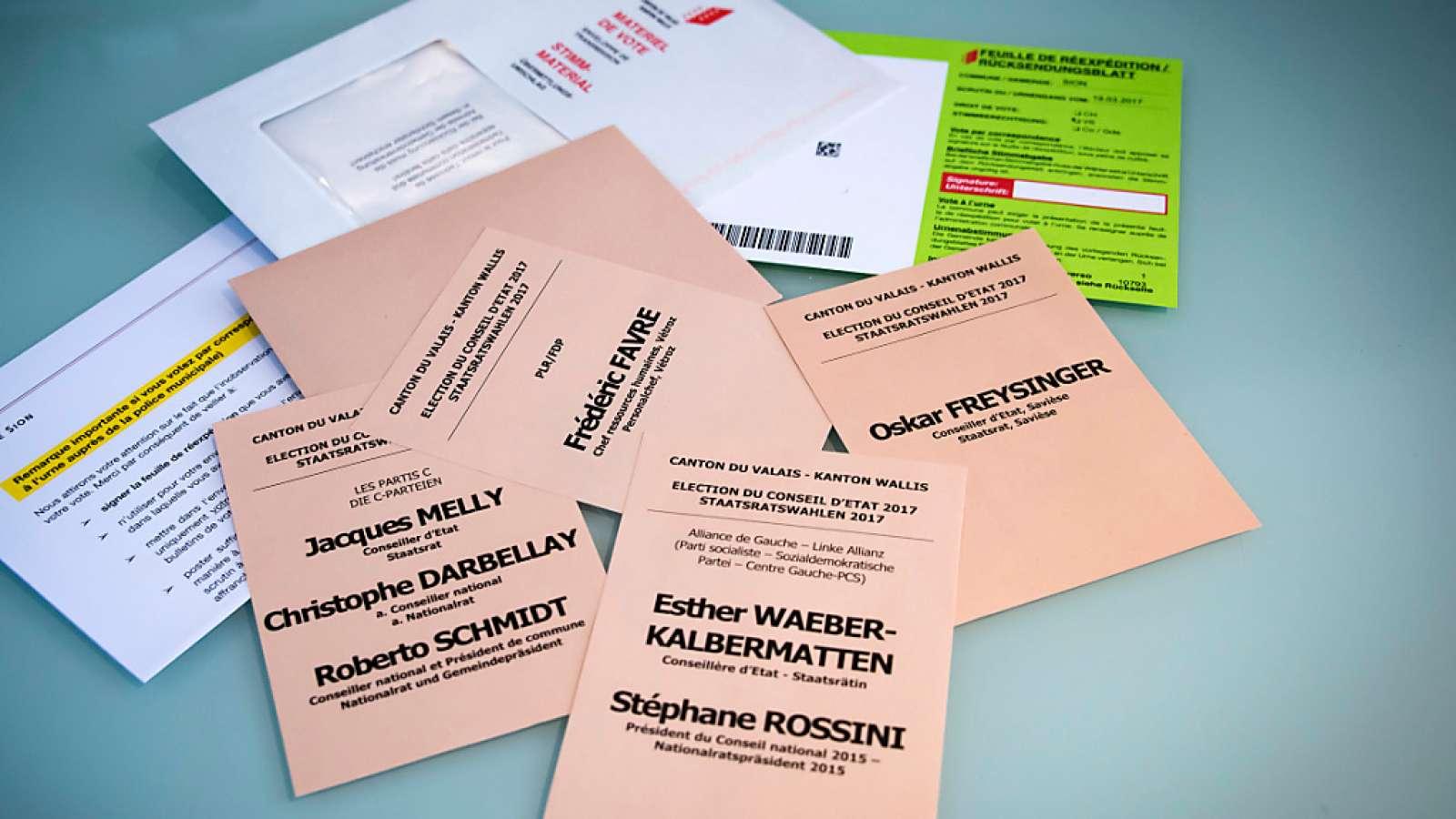 Unterlagen für die Wahlen im Wallis: Der Urnengang und die Ermittlungen wegen Manipulation machen Schlagzeilen in den Sonntagszeitungen. (Archivbild)