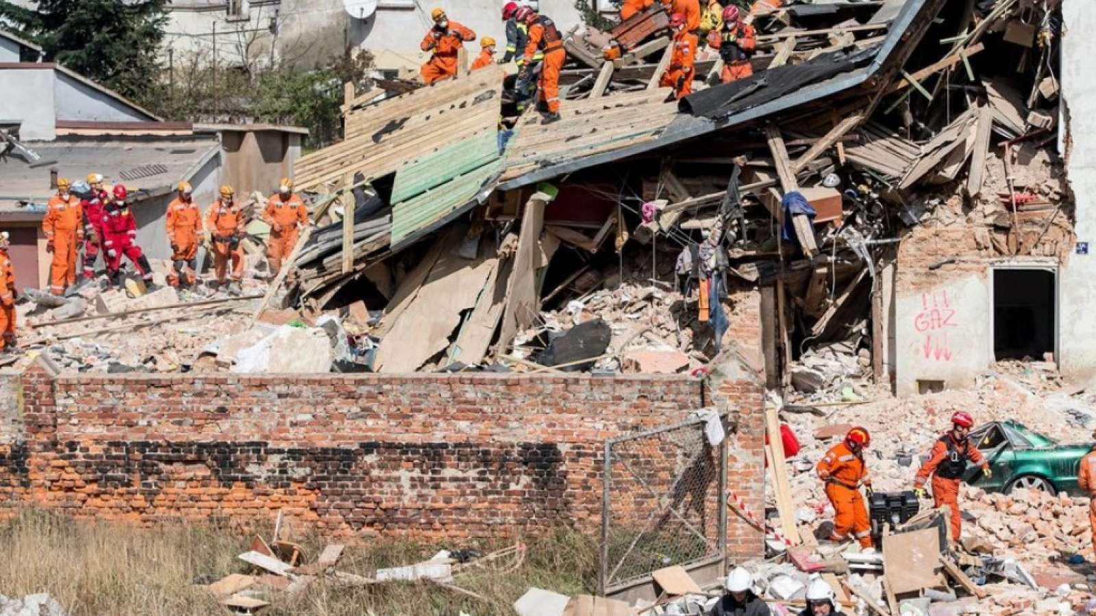 Nach dem Hauseinsturz in Polen suchen Rettungskräfte in den Trümmern nach Verschütteten. Mindestens drei Menschen starben bei dem Unglück.