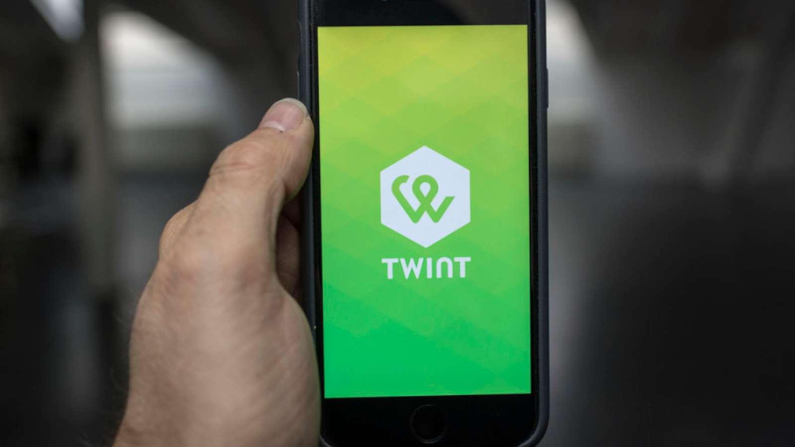 Neu können auch Kundinnen und Kunden der Credit Suisse, der PostFinance, der Raiffeisen und der Waadtländer Kantonalbank die Twint App mit Direktabbuchung vom Bankkonto nutzen. (Archiv)