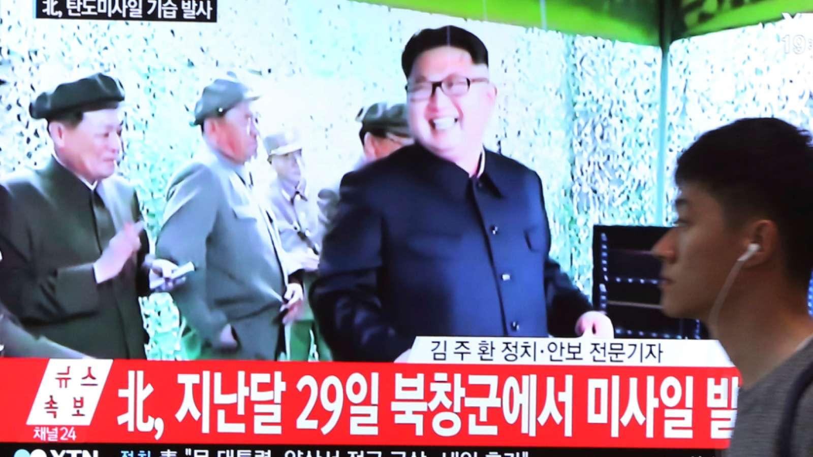 Nordkoreas Machthaber Kim Jong Un strahlt in einem südkoreanischen TV-Beitrag über den jüngsten Raketentest.
